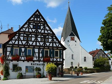 Radnice a kostel v Hattenhofen, kde naposledy žila