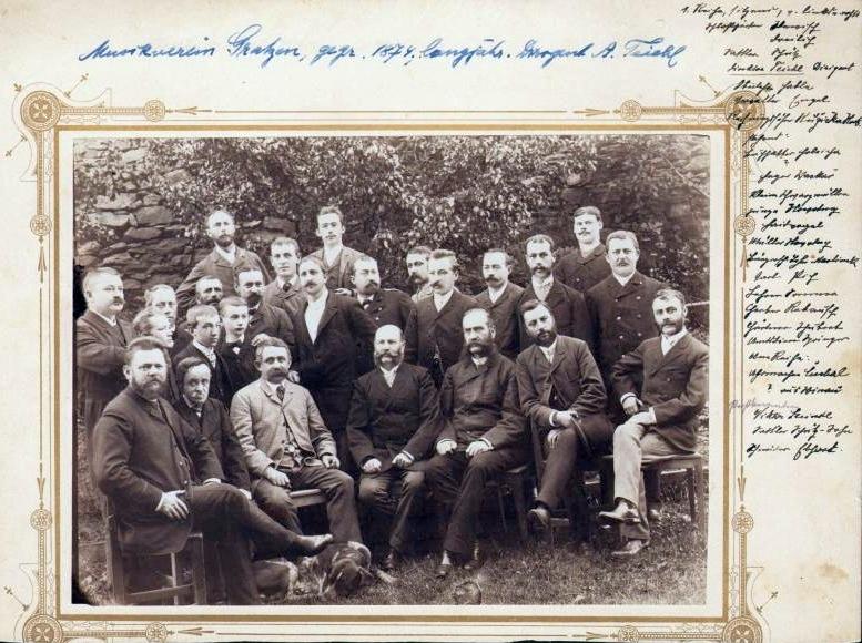 Se členy novohradského hudebního sdružení jako jeho dirigent