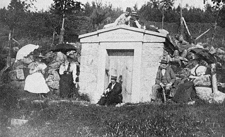Na výletě roku 1898 u pramene zvaného Klafferbrunn v dnes zaniklé Jedlici (sedící vpravo s holí)