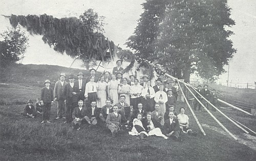 Stavění máje v Nažidlech (Einsiedeln) u Kaplice roku 1933