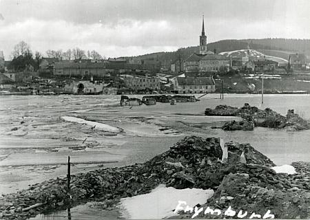 ... a bezútěšná fotografie frymburského fotografa Josefa Junka z roku 1958, zachycující postup zatopení části Frymburka, včetněněkdejšího hřbitova, kde byl pohřben, ivltavskéhobřehu, kde byl smrtelně zasažen bleskem