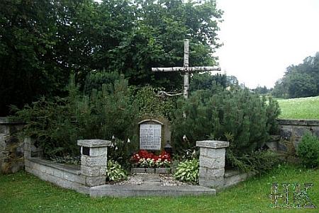 Masový hrob německých vojáků, údajně zabitých Američany, přestože se jim vydali do zajetí, na hřbitově v Thalbergu