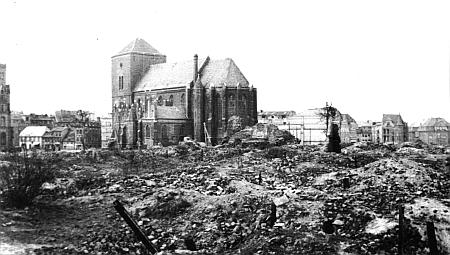 Ruiny centra rodného města Słupsk (Stolp) v roce 1945