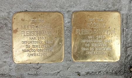 """... on sám zemřel o šest let později v Osvětimi - před jeho domem na českobudějovickém Mariánském náměstí rodinu Fleischmannovu připomínají od podzimu 2020 """"Kameny zmizelých"""""""