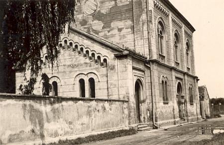 """Budova obřadní síně při českobudějovickém židovském hřbitově na snímku ze srpna roku 1942 - přestála válku a byla zbořena teprve vsedmdesátých letech dvacátého století coby oběť komunistické """"normalizace"""""""