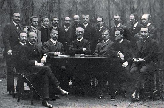 Na snímku profesorského sboru českobudějovického německého gymnázia stojí v zadní řadě pátý zleva