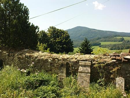 Pohled přes hřbitovní zeď