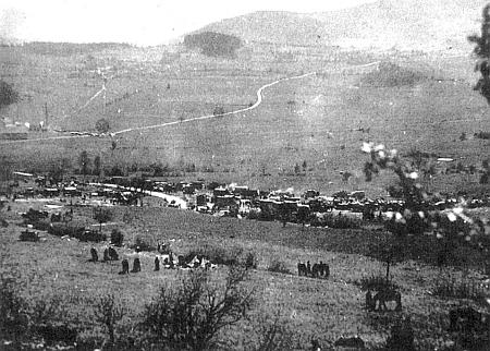 Tento poměrně vzácný snímek velké kolony uprchlíků ze Slezska skoňmi     a krytými vozy na lukách u Ktišského mlýna, v pozadí scestou do dnes již zcela      zaniklého Sádlna, provází článek Johanna Jakesche o konci války ve Ktiši