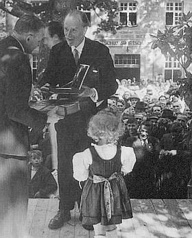 Foto knížete Franze Antona z roku 1949 při předávání Stifterovy plakety