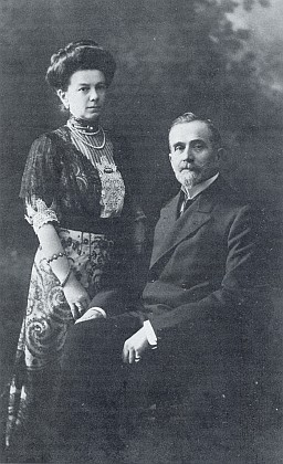 Kníže Jaroslaw Thun-Hohenstein (1864-1929) a jeho manželka Maria Pia, roz. Chotková (1863-1935), posarajevském atentátu poručník dětí Františka Ferdinanda d'Este, majitel panství Zdíkov a otec Franze Antona z Thunu a Hohensteinu, druhého předsedy Adalbert-Stifter-Verein v Mnichově