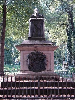 Náhrobek posledního pasovského biskupa s knížecím titulem Leopolda Thuna z Hohensteinu (1748-1826), rodáka z Děčína, je jakýmsi symbolem pražského Malostranského hřbitova - jako by se tam mezi rovy pokrytými břečťanem modlil i za nás