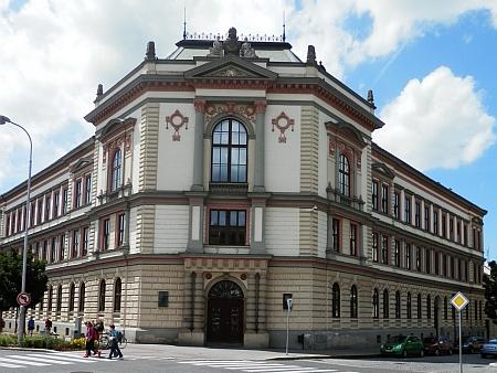 Kroměřížské gymnázium, kde Franz Anton Thun studoval