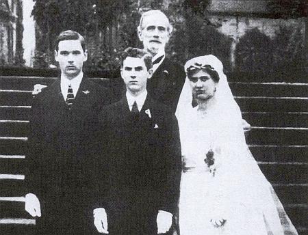 Jaroslaw Thun-Hohenstein na svatbě Žofie Chotkové mladší sjejími bratry Maxmiliánem a Ernstem, tj. 3 dětmi zavražděného následníka trůnu a jeho choti