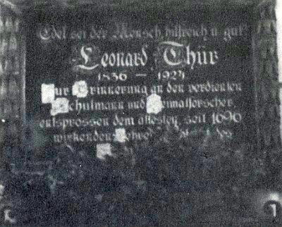 Detail pamětní desky na slavkovské škole, sejmuté a zničené v roce 1945 českými novoosídlenci