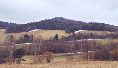 Vrch Radiš u Kladenského Rovného s pravěkým či raně středověkým hradištěm na vrcholu