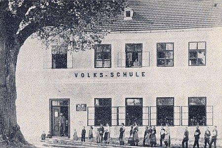 Obecná škola ve Slavkově s pamětní deskou Thürovou
