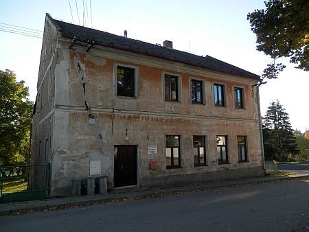 Budova slavkovské školy na snímku z roku 2015 (tabule vedle dveří nepřipomíná Thüra, ale to, že dům slouží jako turistická základna Domu dětí a mládeže v Českém Krumlově)