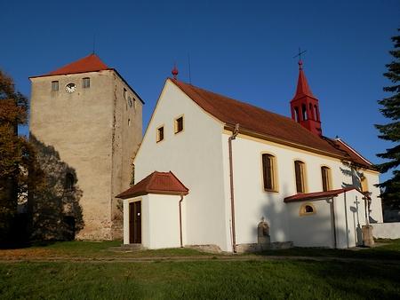 Kostel a tvrz ve Slavkově na snímkcích z let 2015 a 2016