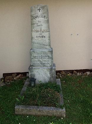 Hrob ve Světlíku, kde je pohřben poslední zástupce učitelského rodu Thürů v této obci, Mathias