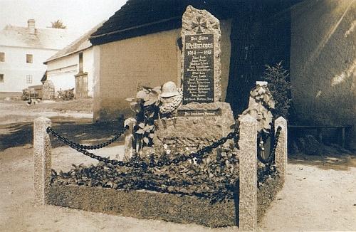Původní podoba památníku padlých v první světové válce ve Slavkově - byl odhalen v témže roce 1934 a jsou na něm i jeho žáci