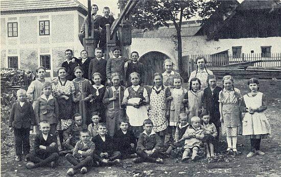 Slavkovské děti na snímku z roku 1934, kdy už byl pan učitel Thür deset let nebožtíkem