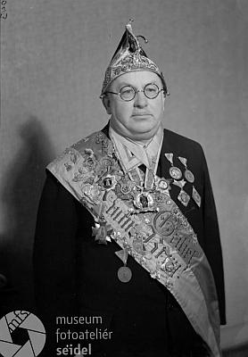Zřejmě dekorován jako člen českokrumlovského spolku Schlaraffia Krummavia na snímku ze Seidelova ateliéru, datovaném 6. ledna roku1936