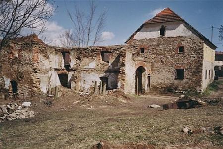 Původně Zottlů statek ve Slupenci, kde se možná rozkutálely peníze za Madonu krumlovskou, se dočkal v novém století obnovy