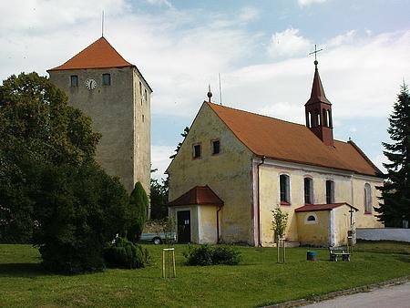 Kostel sv. Bartoloměje ve Slavkově, kde byl pokřtěn a věž místní tvrze na snímku z roku 2009
