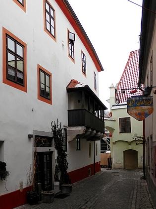 Dům čp. 3 na dnešním českokrumlovském Náměstí Svornosti, kde s rodinou žil, na snímcích z roku 2018