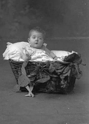Tato fotografie dítěte z fotoateliéru Seidel s datem 16. prosince 1905 je psána na jméno Jordan Thür - je to jeho tehdy osmiměsíční dcerka Herta?