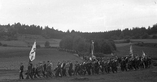 """""""Župní den"""" 5. září 1932 (v březnu toho roku Tibitanzl ve Vídni zemřel) s mužským poutním procesím od Maria Rast za účasti i z Horních Rakous"""