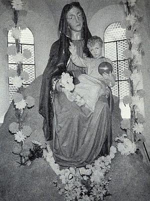 """""""Spočinutí Panny Marie"""" na skále zachycuje snímek z roku 1992. kdy byla na jaře toho roku pořízena nová okna"""