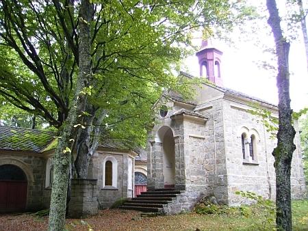 """Na novějším snímku poutního místa je mezi vpravo buky (původně se tu prý mělo říkat """"Maria v Bučinách"""") vidět kamenná kazatelna, na níž prý P. Tibitanzl kázával až do své smrti"""