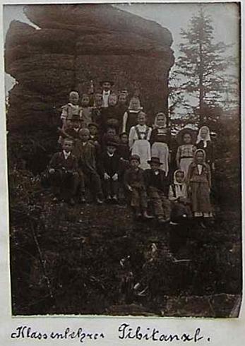 Na školním výletě v okolí Horní Stropnice na snímku z roklu 1912, vlepeném do školní kroniky