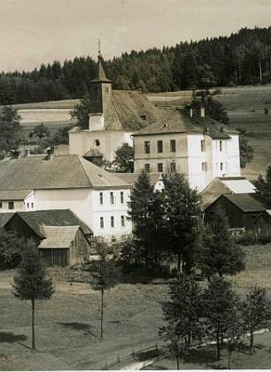 Pohlednice Josefa Wolfa, zachycující Pohorskou Ves, jeho další učitelskou štaci - škola je vpravo vedle kostela