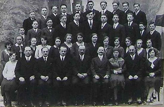 Snímek z hornostropnické školní kroniky z roku 1932 jej zachycuje sedícího druhého zprava, čtvrtý zprava sedí Adalbert Scherkl