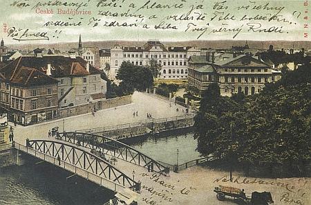 Kolorovaná pohlednice z počátku 20. století zachycuje  českobudějovické divadlo zcela vlevo