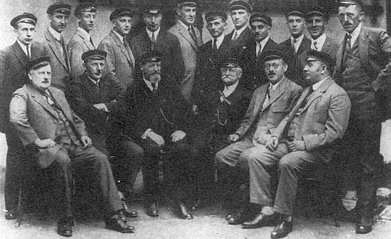 """J. Tick stojící čtvrtý zleva, sedící pod ním třetí zleva Z. Zettl na schůzce sdružení Die Ferialverbindung """"Hochwald"""" (1929)"""