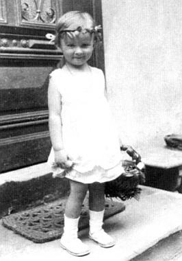 Jako malé děvčátko o Božím Těle roku 1933