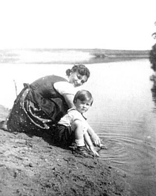 S maminkou při řece Dyji také někdy v roce 1933
