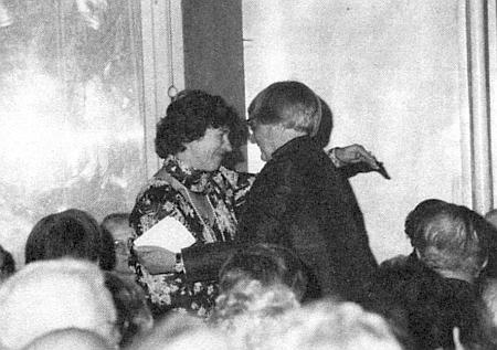 S Johannou von Herzogenberg, která jí uděluje roku 1983 ve Vídni Sudetoněmeckou kulturní cenu za literaturu