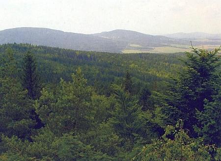 Skalka (801 m n.m.) v Jedlické vrchovině a Vysoká (1034 m n.m.) při pohledu z Mandelsteinu