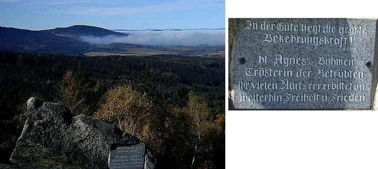 Podobný pohled s deskou na vrcholové skále s citátem z díla Josefa Gangla