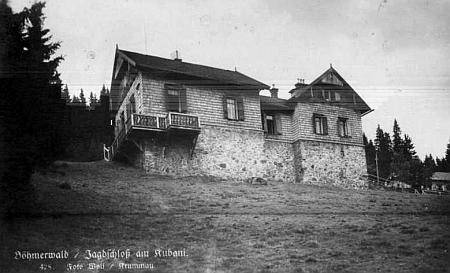 Chata na svém původním místě na Boubíně na pohlednici krumlovského fotografaJosefa Wolfa...