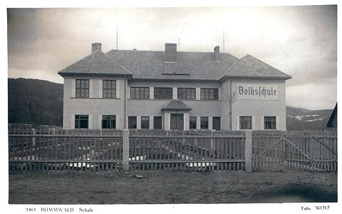 Budova školy v Chlumu (Humwald), vysvěcené 8. září roku 1935, o níž je řeč v jednom z jeho textů, na pohlednici českokrumlovské firmy Wolf...