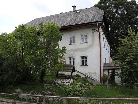 Kostel Svaté Rodiny a sv. Jana Nepomuckého a fara v Horní Vltavici