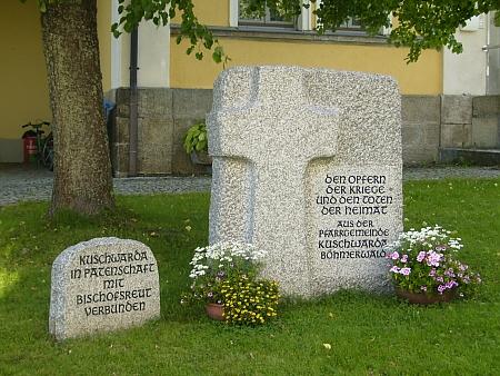 Památník u kostela v Bischofsreut připomíná patronát obce nad vyhnanci ze Strážného