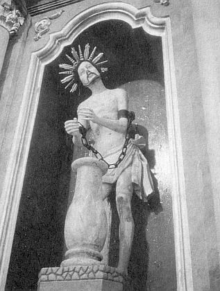 """Socha """"bičovaného Spasitele"""" na pravém bočním oltáři městského farního kostela ve Vyšším Brodě, oníž pojednává jeho kniha z roku 1907 a od které se každých deset let konávala pouť k její originální předloze v hornobavorském Wiesu"""