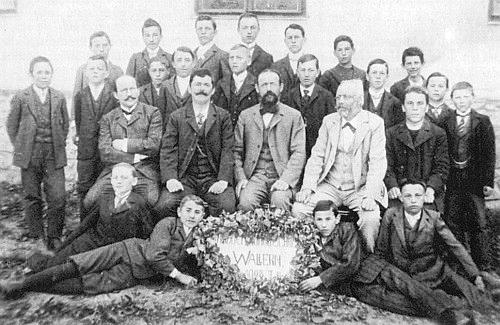 Se žáky 3. ročníku měšťanské školy ve Volarech sedící uprostřed s tmavým plnovousem