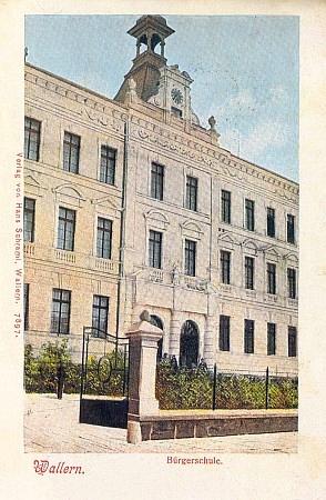 Měšťanská škola ve Volarech na staré pohlednici...
